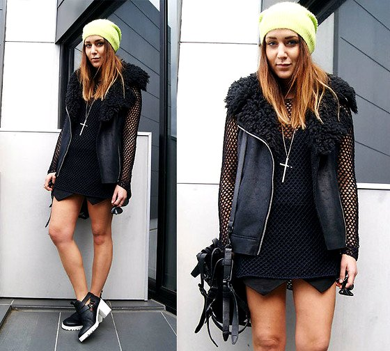 embedded_all_black_outfit_with_pop_of_color